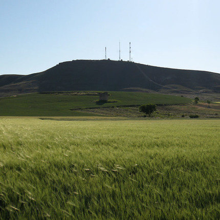 On the top, under the phone and TV antennas, it is believed there are the foundations of the Torre (tower) de Doña Urraca, near Aldea de San Esteban, cited in the Cantar de mío Cid (Song of my Cid).